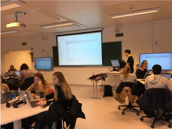 A teaching assistant doing participatory live coding with BIOS1100 students (photo by the author)